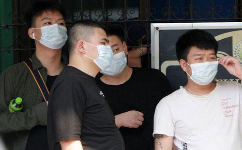 Có biểu hiện nhiễm nCoV nhưng vẫn ham đi xem bóng đá, người đàn ông Trung Quốc khiến 4 người bạn thân vạ lây