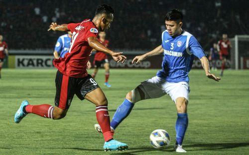 Mất người sau cú đạp trúng đầu đối thủ, đội bóng Việt Nam thảm bại tại đấu trường châu lục