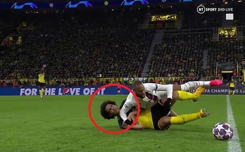Giật cùi chỏ liên tiếp vào mặt đối thủ, Neymar vẫn thoát khỏi một tấm thẻ đỏ
