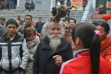 'Dị nhân' tóc búi rồng bất ngờ xuất hiện ở hội Lim 1