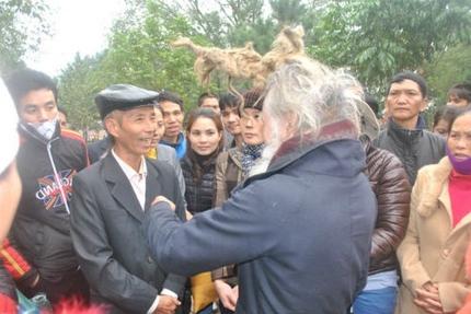 'Dị nhân' tóc búi rồng bất ngờ xuất hiện ở hội Lim 3