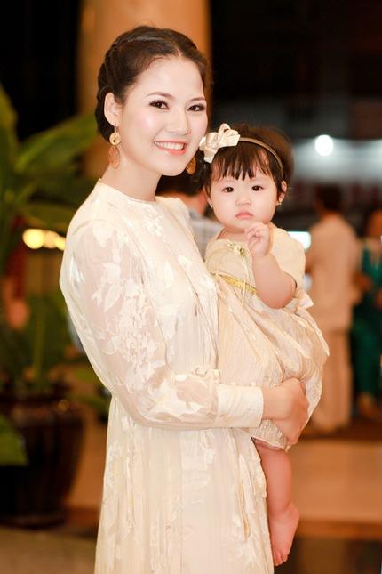 Mẹ con HH Trần Thị Quỳnh lộng lẫy trên sân khấu 2