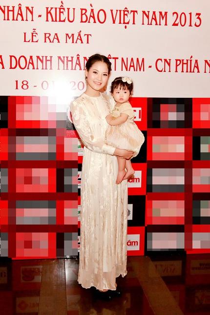 Mẹ con HH Trần Thị Quỳnh lộng lẫy trên sân khấu 5