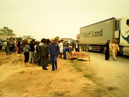 Đang làm đường, một công nhân bị xe container đâm chết 1