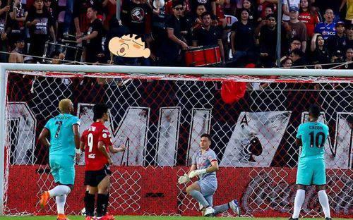Đội bóng của Văn Lâm bị phạt sau hành động khoe mông phản cảm được một fan hâm mộ thực hiện