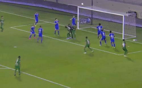 Tuyển thủ UAE và cựu sao Real Madrid gây bão với pha cứu thua