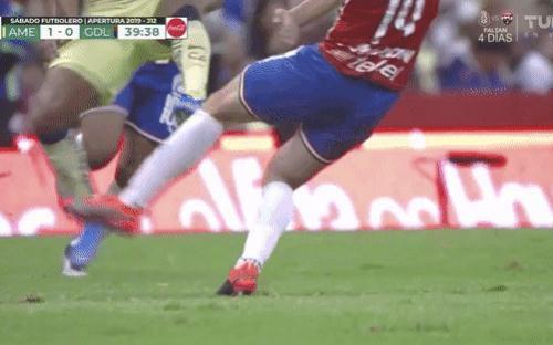 Bị đối thủ đạp thẳng vào chân, sao bóng đá gặp chấn thương kinh hoàng, thủng luôn một lỗ ở đùi