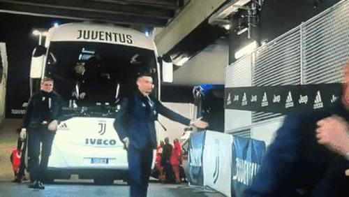 Ronaldo tấu hài cực mạnh bằng màn bắt tay với không khí, thể hiện đúng tinh thần mà ai cũng nên học theo khi đối đầu với COVID-19