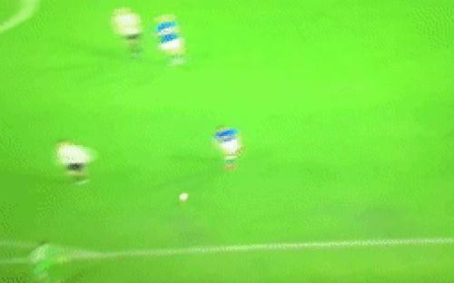 Ronaldo khiến thủ môn đội bạn nhận thẻ đỏ