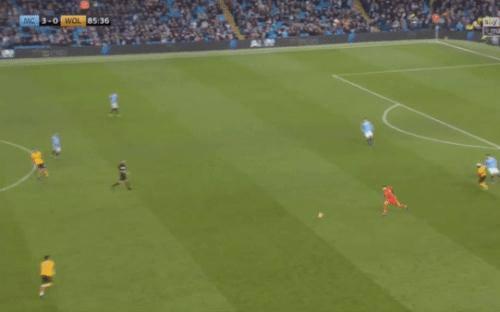 Choáng trước loạt kỹ năng siêu hạng của thủ môn Man City: băng ra khỏi vòng cấm, cắt bóng bằng ngực rồi ban bật như chỗ không người