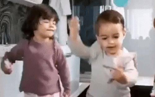 Hai thiên thần nhỏ nhà Ronaldo nhảy siêu đáng yêu trước ống kính, hóa ra ngay từ nhỏ đã có tố chất làm sao giống hệt cha
