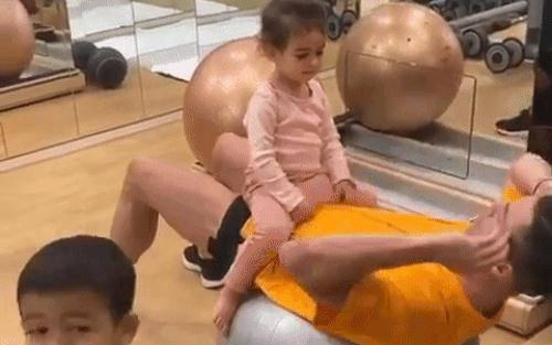 Ronaldo chia sẻ khoảnh khắc tập luyện siêu đáng yêu cùng con gái 2 tuổi, cứ thế này bảo sao chẳng có cơ bụng 6 múi cực phẩm