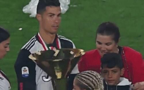 Góc hết hồn: Ronaldo sơ ý để chiếc cúp có cạnh sắc nhọn cào vào mắt cậu con trưởng