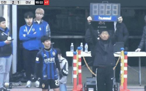 CĐV Incheon vỗ tay, reo hò trong khoảnh khắc Công Phượng ra sân lần đầu tại giải đấu số 1 châu Á
