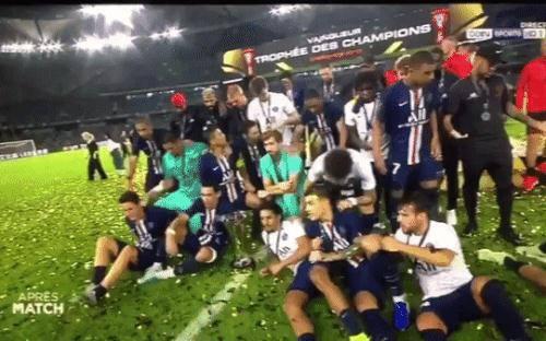 Nhọ như cầu thủ đắt giá nhất thế giới: Đang đứng cười nói bị đàn em đẩy ra ngoài vì làm xấu ảnh toàn đội đang ăn mừng