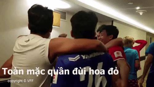 Tuyển Việt Nam ăn mừng tại Asian Cup: Văn Toàn, Quang Hải chiếm spotlight vì chiếc quần đùi nổi bật