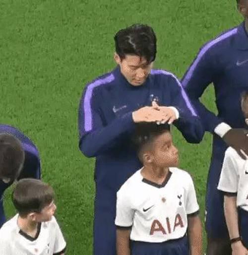 CĐV bầu Son Heung-min là cầu thủ tốt tính nhất thế giới sau khi nhìn anh đứng che mưa cho cậu bé mascot