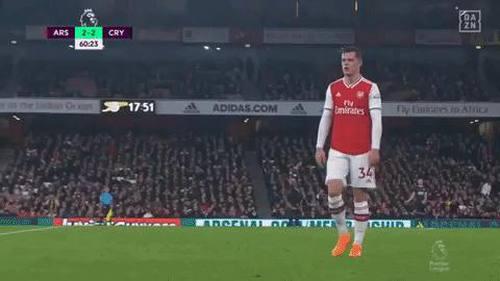 Cầu thủ Arsenal bị tước quyền đội trưởng vì cởi áo đấu vứt xuống đất, quay lại chửi CĐV nhà