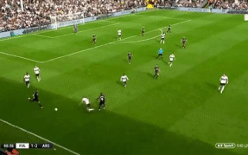 Pha phối hợp ghi bàn của cầu thủ Arsenal như trong game,