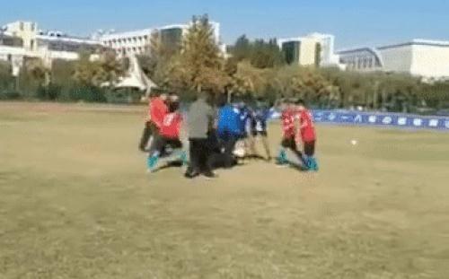 Chấn động: Cầu thủ trẻ Trung Quốc đánh hội đồng trọng tài, bị cảnh sát bắt ngay tại sân bóng