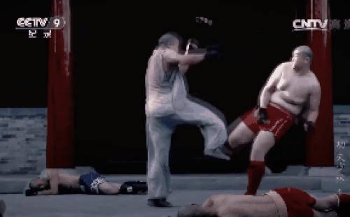 """Võ sư Thiếu Lâm """"mình đồng da sắt"""" đấm ngất võ sĩ Muay Thái sau 5 giây gây chấn động TQ"""