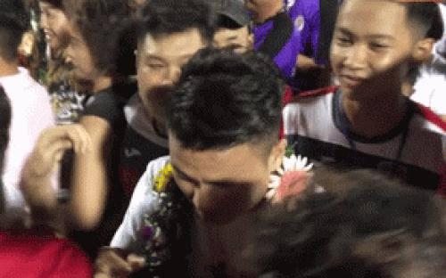 Quang Hải phải nhờ an ninh hộ tống rời SVĐ vì fan cuồng muốn chạm vào thần tượng