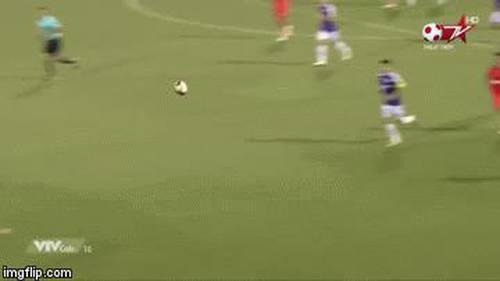 Quang Hải khống chế bóng đẹp khó tin, mở đầu cho bàn thắng như trong game của Hà Nội FC