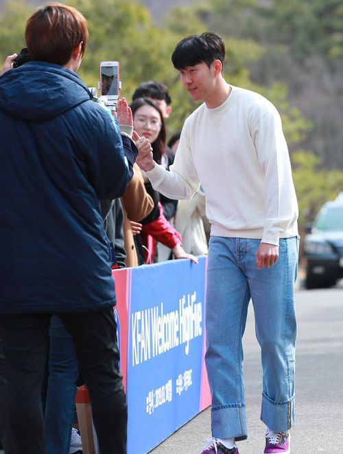 Ngôi sao Son Heung-min tươi rói trong ngày về Hàn Quốc, cười